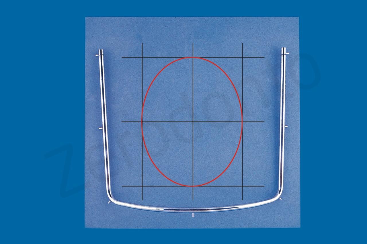 Per decidere dove eseguire il foro nel foglio di diga, si possono tracciare mentalmente tre linee verticali e tre orizzontali. L'ellisse inscritta nel rettangolo centrale corrisponde alle due arcate dentarie.